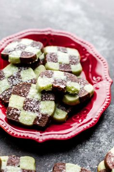 These mint chocolate checkerboard cookies are soft slice and bake icebox cookies with a beautiful checkerboard pattern. Christmas cookie recipe on sallysbakingaddiction.com