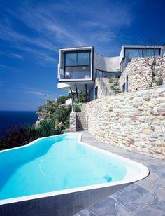AUSTRÁLIA: Em um penhasco de 70 m de altura, casa de linhas contemporâneas paira sobre o mar