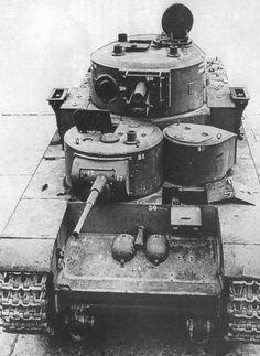 Трофейный советский танк Т-35, доставленный для испытания на полигон в Куммерсдорф. Вид спереди