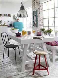 Holztisch / Bank Super für drinnen und draussen: An diesem großen Tisch kann köstlich getafelt werden und auf der Bank findet jeder noch ein...