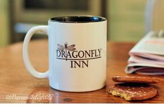 Dragonfly Inn - Stars Hollow - Gilmore Girls - inspiré - à la main conçu coupe Glimore Girls, Girls Hand, Stars Hollow, Gilmore Girls Sweatshirt, Gilmore Girls Gifts, Dragonfly Inn, Girls Tumbler, Design Crafts, Girl Gifts