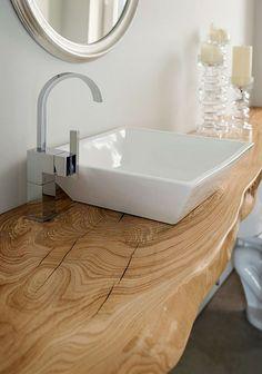 Piano lavabo realizzato in massello di castagno stagionato, con trattamento…