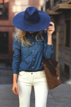 Comentário Fernanda Fuscaldo: Camisa Jeans e jeans branco sempre fica elegante. A escolha do chapeu no mesmo tom da camisa o deixa mais discreto e não menos elegante.