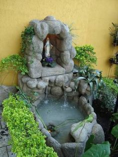 Resultado de imagen para virgen en jardin #jardinesdeagua Prayer Garden, Meditation Garden, Grotto Design, Marian Garden, Fish Pond Gardens, Rock Fountain, Outdoor Ponds, Small Backyard Patio, Flower Stands
