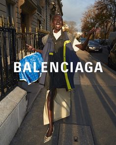 No Photos Please ! 📸 For their look book, BALENCIAGA brought real-life paparazzi Agence Bestimage to capture the Balenciaga woman on the run 👉 Swipe to see the campaign. Womens Fashion Stores, Womens Clothing Stores, Fashion Models, Fashion Brands, Fashion Websites, Fashion Quiz, Women's Dresses, The Vampires Wife, Mode Lookbook
