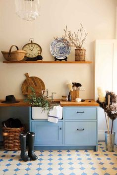 What is a mud room? Diy Storage, Storage Baskets, Home Design, House Jacket, Home Organisation, Mudroom, Designer, Repurposed, Entryway Tables