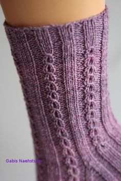 Ich mag diese Böhnchen, so nenne ich das Muster immer. Es sieht aus wie kleine Kaffeebohnen und wirktAmy Vermont, Pullover mit Perlen- und Strasssteindekoration, grau Amy VermontAmazing Embroidery by Corinne Sleight Knitting Socks, Knitting Needles, Free Knitting, Baby Knitting, Knitting Patterns, Easy Knitting Projects, Knitting For Beginners, Crochet Amigurumi, Knit Crochet