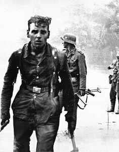 German soldiers photographed after a street fight in Novorossiysk during Operation Edelweiss, theGerman plan to gain control over the Caucasus regionand capture the oil fields of Baku. Novorossiysk, Krasnodar Krai, Soviet Union.September 1942.