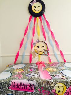 This present table is super cute! Look at another one of my pins for details on the center piece