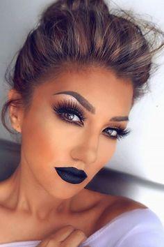 Makeup. Não uso esse tipo de maquiagem! Tu sabes disso!! Já decidi a cor que vou pintar o cabelo, vou deixar ele crescer de novo. Estou vendo fivelas que gosto muito! Eu tenho uma caixa só de fivelas!