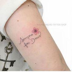 Tatuagensdelicadas • tatuagensfemininas - Mini cobertura • Feita pela Tatuadora/ Tattoo Artist: @rayanetattoo • ℐnspiração ✩ ℐnspiration • ¨°o.イลイนลʛ૯ຖຮ Բ૯൬ⅈຖⅈຖลຮ.o°¨ . ¨°o.Ⓘⓝⓢⓟⓘⓡⓔ-ⓢⓔ.o°¨ Mini Tattoos, Trendy Tattoos, Rose Tattoos, Small Tattoos, Tattoos For Women, Tattoo Life, Tattoo Shop, Piercing Tattoo, Tattoo Girls