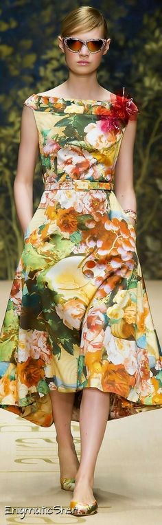 Laura Biagiotti Spring Summer 2014 Ready-To-Wear by tammi Floral Fashion, Fashion Prints, High Fashion, Fashion Dresses, Womens Fashion, Fashion Design, Pretty Dresses, Beautiful Dresses, Mode Shoes