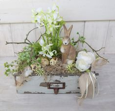 An old drawer decorated with some early bloomers and a proud rabbit . Easter Wreaths, Holiday Wreaths, Diy Girlande, Easter Pillows, Diy Ostern, Flower Garlands, Easter Crafts, Easter Bunny, Flower Arrangements