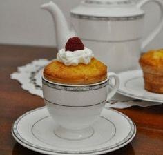 Cupcake cioccolato bianco e lamponi http://www.lovediy.it/cupcake-cioccolato-bianco-e-lamponi/ Un delizioso #cupcake cioccolato bianco e lamponi, servito in una tazzina da caffè!