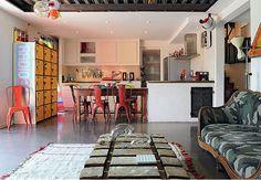 Balcão e mesa separam sala e cozinha, mas o chão é o mesmo para ambas.