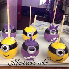 Despicable Me / Minion candied apples Birthday Candy, Minion Birthday, Colored Candy Apples, Minion Candy, Oreos, Gourmet Caramel Apples, Chocolate Covered Bananas, Apple Crates, Caramel Candy