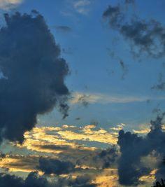 Moln på en blå himmel.