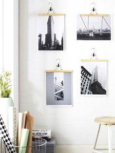 Bilderrahmen selber machen </b>kann so simpel und effektvoll sein. Aus Hosenbügeln kreieren wir den schnellsten Rahmen der Welt - ganz ohne Rahmen...</p><p><b>Das brauchen Sie: </b>ausgedruckte Fotos, Hosenbügel (z. B. Bumerang von Ikea, ca. 1 €), Nagel, Hammer</p><p><b>Und so geht's: