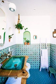 Boho Vibes - Justina Blakeney's Jungalow Bathroom Reno With Fireclay Tile - Photos bohobathroom 694117361302320098 Eclectic Bathroom, Rustic Bathroom Decor, Bathroom Styling, Bathroom Interior Design, Modern Boho Bathroom, Simple Bathroom, Bathroom Spa, Bathroom Renos, Bathroom Colors
