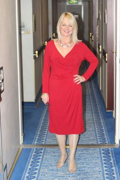 What to wear on a cruise: cruise packing list - fashion, lifestyle and travel inspiration for women over 50 - what to pack for a cruise. Over 50 Womens Fashion, Fashion Over 40, Fashion Edgy, Fashion Ideas, Fashion Guide, Fashion Websites, Fashion Advice, Fashion Brands, Fashion Women