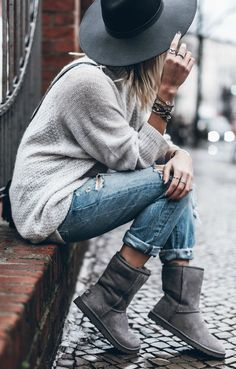 Oversized sweater with furry boots, cropped jeans and a black hat for fall or winter