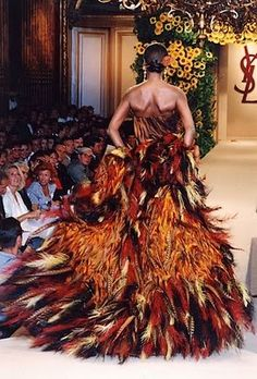 YSL 1990 Haute Couture/ FW feathers (fabulous aside from the animal cruelty) Feather Coat, Feather Dress, Christian Dior, Runway Fashion, High Fashion, 3d Fashion, Daily Fashion, Street Fashion, Yves Saint Laurent Paris