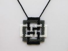 Kette mit Quadraten aus Rocailles, schwarz-grau-weiß Other pendants: Chain with squares of seed beads, black-gray-white Beaded Jewelry Patterns, Embroidery Jewelry, Diy Schmuck, Schmuck Design, Tiffany Jewelry, Opal Jewelry, Beaded Necklace, Beaded Bracelets, Jewelry Illustration