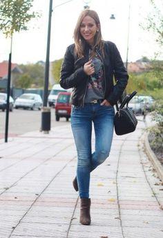серо-коричневые полусапожки в повседневном сете с джинсами