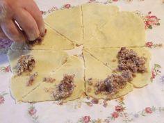 Cornulete cu nuca - O taiem felii (in 8) si punem umplutura pe capete Bread, Food, Eten, Bakeries, Meals, Breads, Diet
