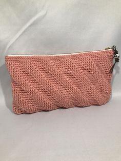 Hækleopskrift lige til at gå til på den lækre Twisted Clutch. Crochet Handbags, Crochet Purses, Crochet Bags, Crochet Wallet, Knit Crochet, Tapestry Bag, Bindi, Knitted Bags, Crochet Accessories