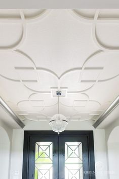5 Amazing Ceiling Treatments : This clean, all-white ceiling was transformed into a simple pattern in the foyer to show off the dark colored doors. Despite the simplicity of this ceiling treatment, the entrance to this home is still eye grabbing. Pop Design For Roof, Pop False Ceiling Design, House Ceiling Design, Ceiling Design Living Room, False Ceiling Living Room, Living Room Designs, Ceiling Trim, Ceiling Detail, Home Ceiling
