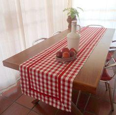 Esse tem 3 metros. <br>Dê boas vindas aos seus convidados com estilo! <br>Esse Caminho de Mesa xadrez de vermelho e branco com é artesanal e totalmente personalizado. Pode ser uma peça maravilhosas na decoração de sua mesa. Ele pode ser usado de forma prática e versátil. <br>Ótimo item para sua casa de campo, praia ou para presentear. <br>É confeccionado em tecidos 100% algodão. Os detalhes de acabamento também são em tecido 100% algodão. <br>Tenha em mente que os produtos são feitos…