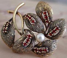 Alice Caviness - Broche et Boucles d'Oreilles - Argent, Perles et Grenats Imitation - Vintage