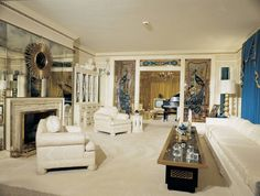 Elvis Presley Graceland home living room is home to a custom 15 foot sofa and 10 foot coffee table Elvis purchased after buying Graceland in Lisa Marie Presley, Elvis And Priscilla, Elvis Presley House, Elvis Presley Graceland, Mississippi, Graceland Mansion, Retro Renovation, Celebrity Houses, Mid Century House