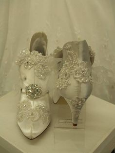 Victorian Wedding Boots White Satin Vintage Modern by NewBrideCo – Wedding Shoes Victorian Shoes, Victorian Fashion, Victorian Library, Steampunk Wedding Themes, Vintage Shoes, Vintage Outfits, Wedding Boots, Wedding Heels, Wedding Garters