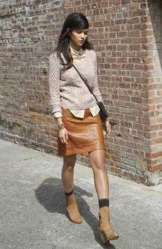 Intenta ponerse un jersey de ochos beige y una falda marrón para cualquier sorpresa que haya en el día. Con el calzado, sé más clásico y opta por un par de botines de ante marrón claro.