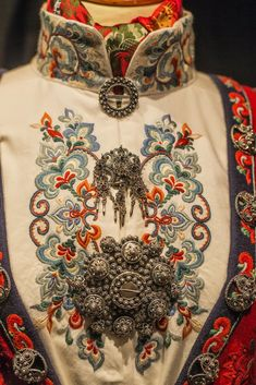 """Heddal bygdetun 💠 Bunad i Heddal bygdetun = National Costumes of Norway at the Heddal Open Air Museum Scandinavian Folk Art, Scandinavian Fashion, Folk Clothing, Historical Clothing, Folk Costume, Costumes, Norwegian Clothing, Folk Fashion, Sewing Clothes"