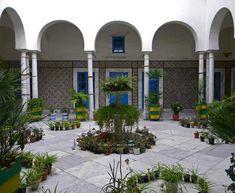 Malgré sa diversité et son caractère pluriel, l'architecture de l'habitation tunisienne développe le paradoxe d'être, à certains égards, toujours semblable à elle-même en présentant des caractéristiques qui paraissent immuables et permanents depuis la plus haute antiquité. La maison traditionnelle s'articule autour d'un patio. C'est l'espace central à ciel ouvert où se déroulent différentes activités, et …