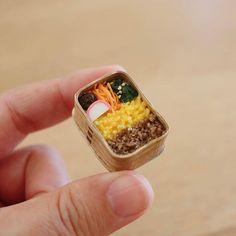 とりあえず自分が食べたいと思うお弁当を作りました。6分の1サイズのマグネットです☺ #miniature #wappa #bento #ミニチュア #ミニチュア弁当 #マグネット #お弁当 #わっぱ #みすみ工房