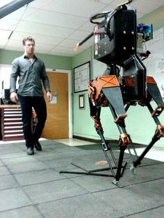 エイトリアス(ATRIAS)。オレゴン州立大学の研究チームが開発したダチョウを生物モデルとした二足歩行ロボットの一つ。人間がボールをぶつけたり蹴ったりしても衝撃を吸収してバランスを保てる。災害現場での応用を考慮する。