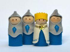 Deze blauwe koning & Knight pop spelen instellen, prachtige pretend play speelgoed maken zoals ze zijn hand-gemaakt met behulp van de beste kwaliteit, de natuurlijke materialen- en het gevoel mooi om aan te raken. Met zachte spelen, zal uw Waldorf spelen speelgoed voor jaren en jaren