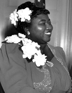 She was the first African-American to win an Academy Award. She won the award for Best Supporting Actress for her role of Mammy in Gone with the Wind Look at that beautiful glowing complexion and wonderful smile. Black Actresses, Classic Actresses, Classic Movies, Old Hollywood Stars, Classic Hollywood, Hollywood Glamour, Hattie Mcdaniel, Famous Women, Famous People