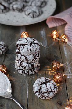 Biscuiți crăpați cu cacao - Chocolate Crinkles Cacao Chocolate, Chocolate Crinkles, Good Food, Yummy Food, Pavlova, Christmas Time, Biscuit, Empanadas, Nom Nom