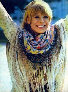 TatiTati Style ➳➳➳ Marianne Faithfull in a bohemian fringed scarf. Hippie Style, Hippie Man, Happy Hippie, Hippie Chick, Marianne Faithfull, Charlotte Rampling, Patti Hansen, Fashion Photo, Boho Fashion