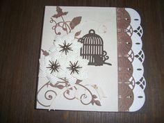 Een kaartje met een vogelkooitje en vogeltje