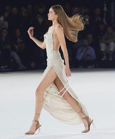Couture Mode, Couture Fashion, Runway Fashion, Fashion Models, High Fashion, Fashion Show, Fashion Outfits, Fashion Design, Gigi Hadid Outfits