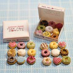 "petite fleur on Instagram: ""ミニチュアドーナツ完成 Miniature donut ミニチュアドーナツ完成 Miniature donut✨ #miniature #dollhouse #miniaturesweets #miniaturefood #clay #handmade #tiny #donuts #mini #ミニチュア #ドールハウスミニチュア #ミニチュアフード #ミニチュアスイーツ #ハンドメイド #ドーナツ Cute Polymer Clay, Cute Clay, Polymer Clay Miniatures, Polymer Clay Charms, Miniature Crafts, Miniature Food, Miniature Dolls, Doll Crafts, Cute Crafts"