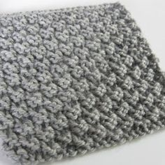 Easy knitting stitch: the waffle stitch knitting pattern If you're like me, you might like to make small samples to try new knitting stitches…. Ideal for a warm scarf or for making a blanket! Knitting Stiches, Arm Knitting, Knitting Patterns, Crochet Patterns, Knitting Ideas, Crochet Stitches, Waffle Stitch, How To Purl Knit, Beautiful Crochet