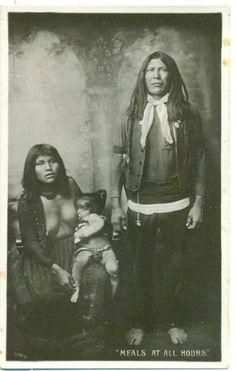 """""""Meals at all hours"""" (""""Repas à toute heure"""") Indiens d'Amérique Carte postale - Circa 1910 #allaitement_amerique"""