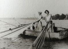 La monte au grand filet vers 1930. Le grand filet comporte deux bras de 60 à 8o mètres de long, un sac, une poche de 20 à 30 mètres d'ouverture, profonde de 25 mètres environ. La pêche au grand filet se pratique comme la monte : Le filet est tendu en demi cercle et le bateau ancré sur la veine. Une vessie de cochon ou de boeuf, la pétufle, maintient le sac bien ouvert.